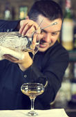 Barkeeper in einer diskothek-bar — Stockfoto