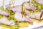 Canape avec légumes viandes et fruits de mer — Photo
