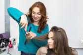 Kvinna i en skönhetssalong — Stockfoto