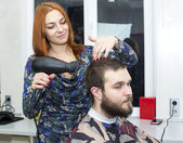Girl doing hairstyle — Foto Stock