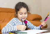 Children draw with crayons on paper — Foto de Stock