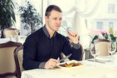 Young man eating lunch — Stock Photo