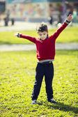 Мальчик на прогулку в парке — Стоковое фото