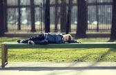 Pojke på en promenad i parken — Stockfoto