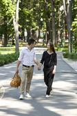 Młoda para w parku — Zdjęcie stockowe
