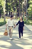 Ungt par i park — Stockfoto