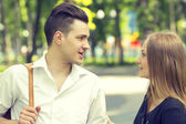 Young couple in park — Stockfoto