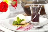 Dessert crema, guarnita con menta — Foto Stock