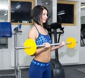 在健身房里的年轻女孩 — 图库照片