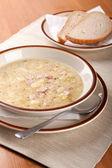 香肠和面包土豆汤 — 图库照片