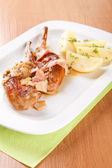 白菜心拌的兔,培根和煮的土豆 — 图库照片