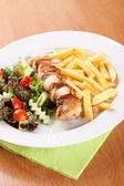 Fish skewer with fries and vegetables — ストック写真