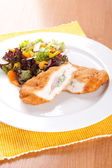 Chicken fillet with blue cheese and vegetables — Stock fotografie