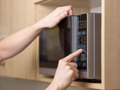 Using microwave oven — Foto Stock