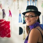Retrato de mujer feliz trabajando como diseñador de moda — Foto de Stock