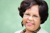 Porträtt av glad äldre svart dam med glasögon leende — Stockfoto