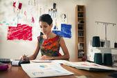 Mujer hispana haciendo presupuesto en atelier del diseñador de moda — Foto de Stock