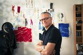 Portret szczęśliwy człowiek pracuje jako projektant mody — Zdjęcie stockowe