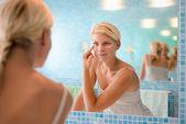 Beauté féminine, la jeune femme, appliquer la lotion sur le visage à la maison — Photo