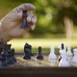 aktywny na emeryturze, starszy mężczyzna gra w szachy w parku — Zdjęcie stockowe