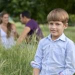 familia feliz con hijo y sus padres en el parque — Foto de Stock