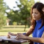 unga och utbildning, flicka som studerar för universitet test — Stockfoto