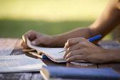 Jóvenes y educación, mujer estudiando para la prueba de la universidad — Foto de Stock
