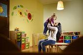 Y la diversión, jugando con la niña en la escuela de maestros — Foto de Stock