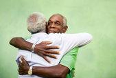 Starzy przyjaciele, dwóch starszych mężczyzn african american spotkania i przytulanie — Zdjęcie stockowe