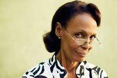 Retrato de confianza vieja negra con lentes sonriendo — Foto de Stock