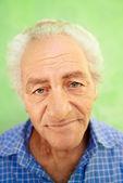 Portrét starší kavkazské šťastný úsměv na kameru — Stock fotografie