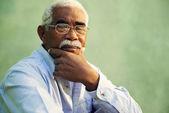 Porträtt av allvarliga afroamerikanska gamle mannen tittar på kameran — Stockfoto