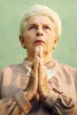 Porträtt av allvarliga gamla kaukasisk kvinna be gud — Stockfoto