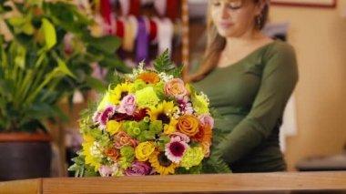 Happy woman working as florist in flower shop — Stock Video