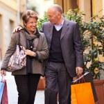 Senior vieil homme et la femme shopping en Italie — Photo #46776959