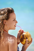 Portrait of woman relaxing with cocktail at cuban beach — Stock Photo