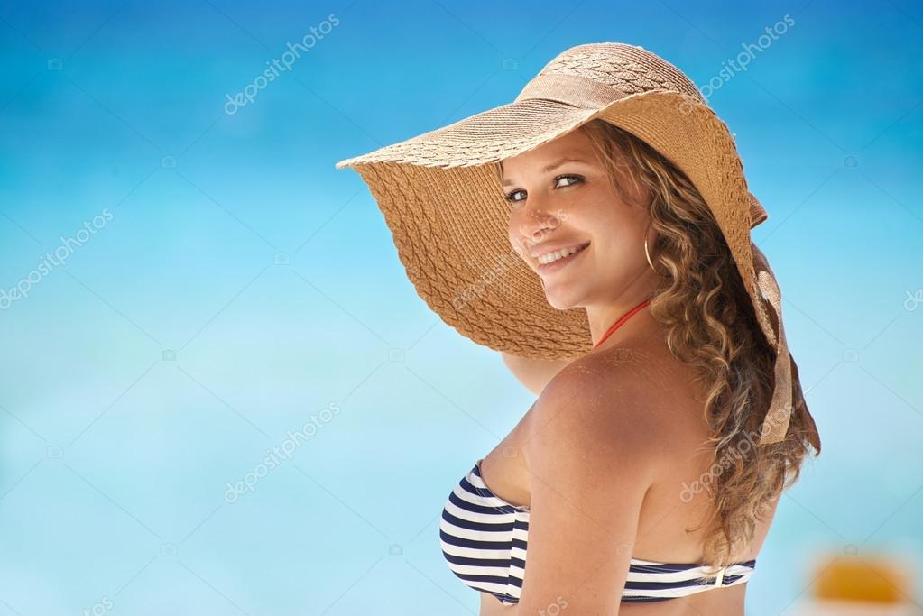 portrait de femme avec chapeau de paille plage souriant photographie diego cervo 48570923. Black Bedroom Furniture Sets. Home Design Ideas