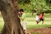 Männliche und weibliche kinder spielen verstecken und suchen — Stockfoto