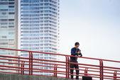 Porträt des asiatischen Office Worker SMS auf Handy — Stockfoto