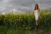 Model In Field Of Flowers — ストック写真