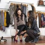 consument winkelen voor schoenen — Stockfoto