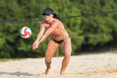 Giocatore di pallavolo femminile spiaggia — Foto Stock