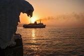 大海,夕阳下,冰船码头. — 图库照片