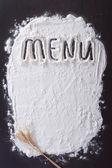 碑文「メニュー」は、暗い面を小麦粉で作られて — ストック写真