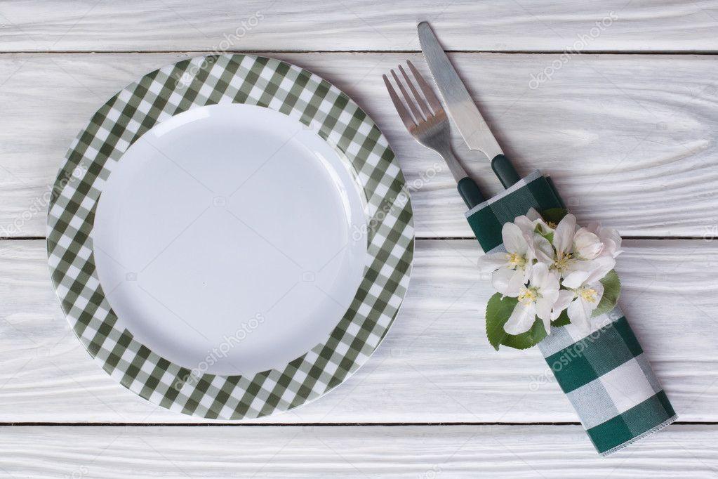 Assiette et couverts d cor de fleurs de pomme sur une for Table vue de haut