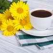 Aromatic coffee and a bouquet of yellow daisies — Stock Photo