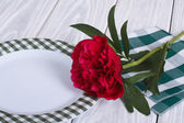 Table setting Peony and white plate on a wooden table — Stock Photo
