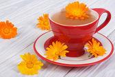 Tè di calendula su un tavolo di legno. impostazione tabella — Foto Stock