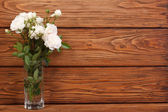 Beautiful frame of the bouquet of white roses on a wooden — Stock Photo