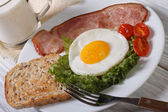 Breakfast of fried eggs with vegetables, bacon and milk — Stock Photo